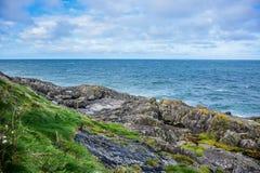 Littoral avec les roches dans Douglas, île de Man Photographie stock libre de droits