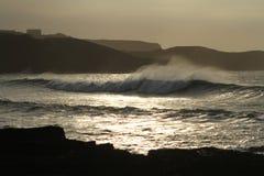Littoral avec les roches, grandes vagues entrantes avec le jet de mer pendant le coucher du soleil images stock