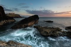 Littoral cornouaillais rocailleux avec le mouvement de vague image libre de droits