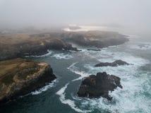 Littoral couvert de brouillard en Californie du nord Image libre de droits