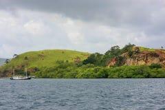 Littoral d'île de Rinca en parc national de Komodo, Nusa Tenggara Photo libre de droits