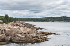 Littoral d'Acadia sous les nuages lourds Photo stock