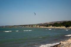 Littoral d'Aluminos populaire pour l'embarquement de cerf-volant et la navigation, Chypre Image stock