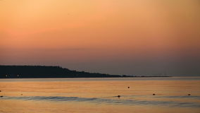 Littoral dans la perspective de l'aube orange Calme de mer clips vidéos