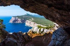 Littoral de Caccia de capo vu de la caverne de Vasi Rotti images libres de droits