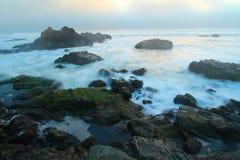 Littoral de l'océan pacifique près de Big Sur, la Californie, Etats-Unis Image stock