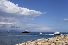 Littoral de la Côte d'Azur avec des yachts, canots automobiles Photos stock