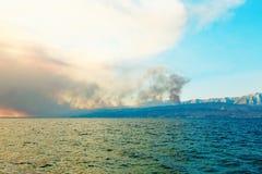 Littoral de la mer Méditerranée avec des piliers de fumée au-dessus des forêts brûlantes Photo libre de droits