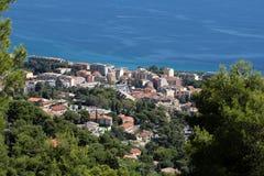 Littoral de ville sur la mer bleue Image libre de droits