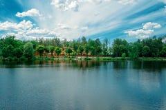 Littoral du lac dans un jour ensoleillé Photographie stock libre de droits