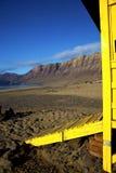 Littoral et été de ciel de Lanzarote de carlingue de chaise de maître nageur Photographie stock libre de droits