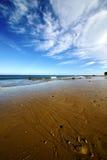 Littoral et été de plage de nuage de Lanzarote de pas image libre de droits