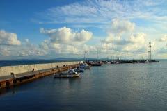 Littoral et bateaux se tenant au pilier le soir Photo libre de droits