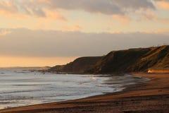 Littoral et falaises du Northumberland au lever de soleil images stock