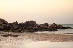 Littoral et marée rocailleux sur la plage Photos libres de droits