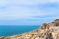 Littoral et mer de roches chez Koh Samui Photographie stock
