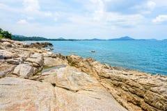 Littoral et mer de roches chez Koh Samui Photographie stock libre de droits