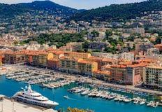 Littoral gentil de ville sur la mer Méditerranée image libre de droits