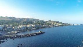 Littoral méditerranéen rocheux, interception commandée en vol Castello, Sicile, Italie clips vidéos