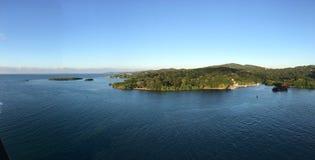 Littoral montagneux de mer des Caraïbes Photos stock