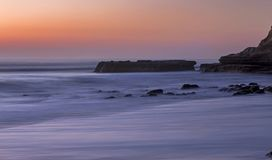 Littoral plat de Torrey Pines San Diego California de roche de vue de coucher du soleil photos stock