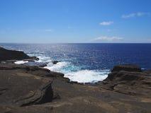 Littoral rocailleux au vent d'Oahu Image stock