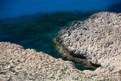 Littoral rocheux sur la Chypre. Photographie stock libre de droits