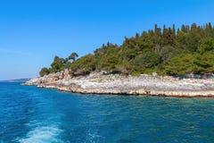 Littoral rocheux sur la péninsule d'Istrian sur la Mer Adriatique Photographie stock