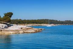 Littoral rocheux sur la péninsule d'Istrian sur la Mer Adriatique Photographie stock libre de droits