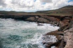 Littoral sauvage d'Aruba dans les Caraïbe photo libre de droits