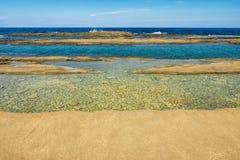Littoral sauvage d'?le de la Chypre avec les formations de gr?s et la mer M?diterran?e bleue image libre de droits