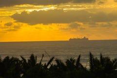 Littoral silhouetté par océan de bateau Photo stock