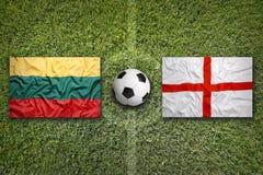 Lituânia contra Bandeiras de Inglaterra no campo de futebol Foto de Stock