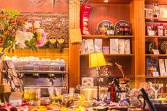217-06-25, Lituânia, Vilnius, ` do namai do sokolado do `, janela de mostra com chá natural, cofe, muitos bolos e doces Imagens de Stock Royalty Free