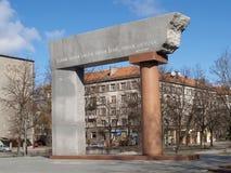 Lituania, Klaipeda Arco del monumento en honor del aniversario 80 de la asociación de Lituania Imagen de archivo libre de regalías