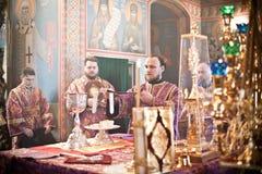 Liturgia ortodoxa con el obispo Imagen de archivo