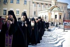 Liturgie orthodoxe avec l'évêque Photographie stock libre de droits