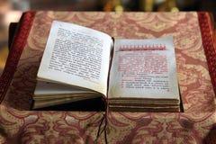 Liturgisch boek op de borstwering van de preekstoel stock fotografie