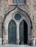 LITVA VILNIUS - NOVEMBER 02 2016: Ingång till den medeltida kyrkan av St John i Cesis Denna offentliga kyrka är Royaltyfria Bilder
