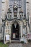 LITVA VILNIUS - NOVEMBER 02 2016: Ingång till den medeltida kyrkan av St John i Cesis Denna offentliga kyrka är Arkivbilder