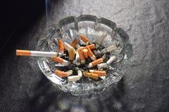 Litzigarette mit dem Rauche, der auf einem Aschenbecher liegt Lizenzfreies Stockfoto