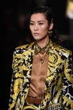 Liu Wen marche la piste à la collection de la Pré-chute 2019 de Versace photographie stock