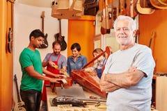 Liutaio matrice all'officina tradizionale del creatore della chitarra Immagine Stock