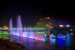 LIUZHOU, CHINA - 28. SEPTEMBER 2016: Musikbrunnen auf dem Liuji Lizenzfreies Stockbild