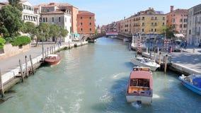 Liv av den europeiska staden, vattentransport simmar på kanalen längs gatan med folk i tidschackningsperiod arkivfilmer