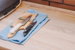 Liv av en hemmafru, når tvätt av disk och att ha gjort ren köket, kvinnors arbete arkivfoton