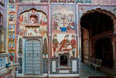 Liv av folk på väggmålningarna av den gamla herrgården Arkivfoto