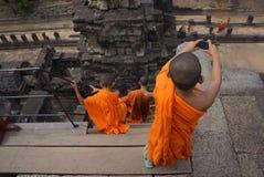 Liv av unga munkar på Angkor Wat Arkivbild