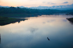 Liv för soluppgång på Sangkhlaburi Royaltyfri Fotografi