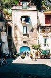 Liv i den italienska staden av Sorrento Royaltyfri Fotografi